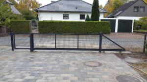 Zaunbau-doppelstab-Freitragenes-tor verbaut